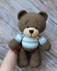 Бесплатный мастер-класс по вязанию очаровательного мишки по имени Тёма от Юлии Дейнега. Вязаный крючком медвежонок получается большим и очень милым. В…