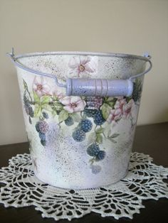Painted Milk Cans, Painted Clay Pots, Painted Flower Pots, Tin Can Crafts, Diy And Crafts, Vasos Vintage, Funky Painted Furniture, Decoupage Art, Tole Painting