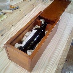 Теплый глубокий тон дерева создают гармоничный ансамбль подарочной упаковки и ее содержимого. Дубовый футляр для бутылки - это та эксклюзивная оправа, которая добавляет изюминку подарку. А ещё на такую коробку можно нанести гравировку с персональным пожеланием.