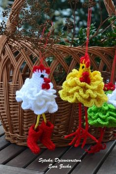 ROOSTER Crochet Easter egg decorations cozy Chicken by ilovemyyarn gallinas para Zoe Handmade Easter Egg Cosy by Cookie Crochet: mainland UK delivery. Patten to buy on Etsy Gladys J. Don't know if I'll ever make one, but pinning just b/c I love them! Crochet Easter, Crochet Birds, Holiday Crochet, Knit Or Crochet, Cute Crochet, Crochet Crafts, Yarn Crafts, Crochet Flowers, Crochet Projects