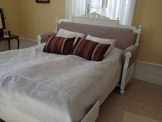 Gammal soffa omgjord till säng.