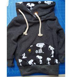 Was lieben Jungs so einen Fleece-Pulli. Und wenn er noch aus Bio-Baumwoll-Fleece ist und Kragen sowie Taschen aus Bio-Snoopy-Stoff, hat er das Zeug zum neuen Lieblingsteil. Snoopy-Jersey https://der-rote-faden.de/de/Stoffe-fuer-Kinder/ Einführungspreis im März: 15,-€ / m. Schnell genäht mit der kostenlosen Anleitung im Blog https://der-rote-faden.de/wordpress/fleecepullisnoopygr104/ #nähen für Kinder #Kinderkleid nähen #Hoodie nähen für Kinder #nähen kinder kostenlos schnittmuster