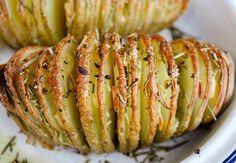 Prepara las más deliciosas papas al horno al estilo hasselback o suecas, las cuales puedes comer solas o acompañarlas con salsas a gusto.