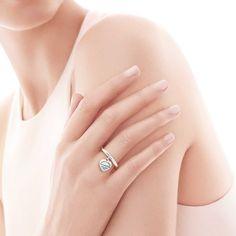 Return to Tiffany™: anel com berloque coração_model-shot-1