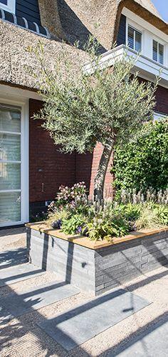 In this southern summer garden garden different seating areas have been made to . Rooftop Garden, Balcony Garden, Backyard Plants, Garden Landscaping, Small Gardens, Outdoor Gardens, Summer Garden, Home And Garden, Landscape Design