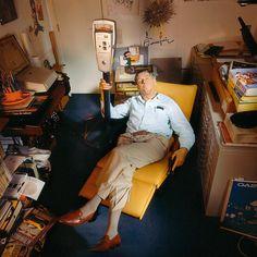Le dessinateur belge André Franquin (1924-1997) avec un parcmètre, cet « affreux mange-fric».