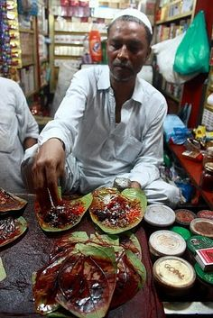 Paan in Old Delhi. Personally, I only like sweet paan, without the grated coconut. Street Food Market, India Street, Amazing India, India Culture, Indian Food Recipes, Ethnic Recipes, Indian Street Food, India Food, Delhi India