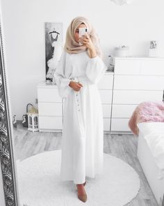 Look muslima hijab fashion blanc Muslim Women Fashion, Modern Hijab Fashion, Islamic Fashion, Modest Fashion, Hijab Outfit, Hijab Dress Party, Modest Dresses, Modest Outfits, Simple Outfits