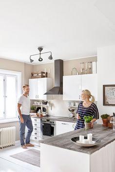 Niina ja Ossi kutsuvat mielellään ystäviä syömään ja halusivat tähän kotiin suuren keittiön, jossa on tarpeeksi tilaa kokkailuun. Saarekkeen alle jäi sopiva tila pyykinpesukoneelle ja kuivausrummulle. Tason päällä oleva savilautanen on Niinan valmistama taidekoulussa.