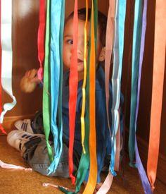 un petit racó, decorat amb cintes de colors Llar d'infants Les Baldufes. Olot. Girona
