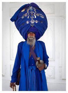 30 Meters of Turban – Julie Hall Photography. Pic of a Sikh. His turban is long. Baptized Sikhs don't cut their hair since it's a gift from God.cEverything he wears or carries has symbolic significance re his duties and obligations as a Sikh. We Are The World, People Around The World, Real People, Julie Hall, Beautiful World, Beautiful People, Ek Onkar, Costume Ethnique, The Famous Five