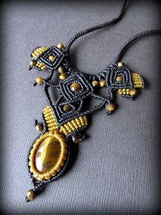 タイガーアイを使用したチョーカー風のデザインネックレスです。金色の縞模様が綺麗に見える発色の美しい上質のタイガーアイを使用。メインのタイガーアイのほかにも、カット入りのキラキラしたタイガーアイのビーズ…