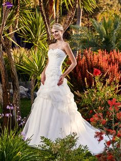 Zuria, collection de robes de mariée - Point Mariage http://www.pointmariage.com
