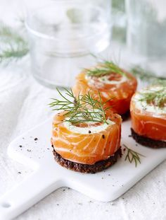Gravlax rolls with wasabi and bread. Fish Recipes, Seafood Recipes, Appetizer Recipes, Cooking Recipes, Savory Snacks, Healthy Snacks, Tapas, Sushi, Food Porn