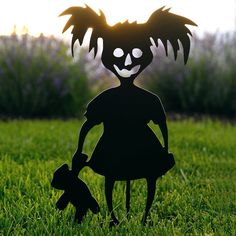 This creepy funny zombie girl is a great way to add some spooky Halloween decor to your yard! Overall height with stake: 19 Width: approx. Dulceros Halloween, Halloween Outside, Zombie Halloween Decorations, Halloween Yard Ideas, Halloween Garage Door, Halloween Bedroom, Dollar Tree Halloween, Halloween Camping, Fall Decorations