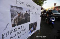 Sejumlah mahasiswa Universitas Indonesia Timur (UIT) Makassar melakukan aksi penggalangan dana untuk para korban perang Palestina, di Makass...