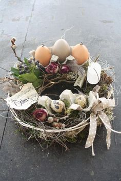 Easter decoration - :::: Small table wreath Easter :::: - a designer product from Blumere ., Easter decoration - :::: Small table wreath Easter :::: - a unique product by BlumereiBerger on DaWanda. Easter Table, Easter Party, Easter Eggs, Easter Projects, Easter Crafts, Easter Wreaths, Holiday Wreaths, Diy Osterschmuck, Diy Easter Decorations