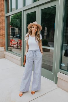 Do you need some wide leg pants outfit ideas? This outfit idea with these wide leg pants from abercrombie is easy and comfortable for summer! Linen Pants Outfit, White Pants Outfit, Summer Pants Outfits, Linen Pants Fashion, Plazzo Pants Outfit, Wide Leg Pants Outfit Summer, Outfit Elegantes, Wide Leg Linen Pants, Mode Outfits