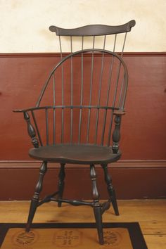 Not sure where to pin this.I LOVE the chair, but I am pinning it for the WALL -- I love the simple design of it, with the tall baseboard! Colonial Chair, Colonial Home Decor, Colonial Decorating, Country Furniture, Country Decor, Primitive Living Room, Primitive Decor, Nichols And Stone, Moldings And Trim