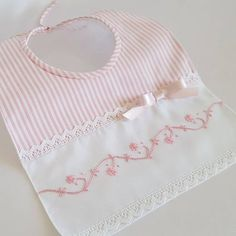 Schémas pour enfants - I want to sew for baby - Baby Sewing Projects, Sewing For Kids, Baby Bibs Patterns, Sewing Dolls, Heirloom Sewing, Baby Crafts, Baby Accessories, Burp Cloths, Baby Quilts