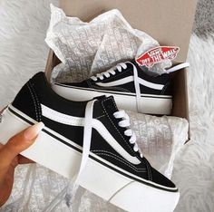 Vans que quierio Vans Shoes, Shoes Sneakers, Shoes Heels, High Heels, Sneakers Fashion, Fashion Shoes, 90s Fashion, Platform Vans, Tenis Vans