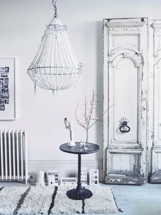 Rustic white textures combined with decorative accessories to make a statement entrance. Image : Livingetc