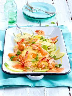 Fruchtiger Salat aus Ananas, Apfel und Möhren mit Garnelen