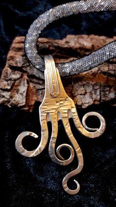 Anhänger aus einer versilberten Gabel Länge ca. 8,5 cm Breite ca. 5,5 cm Handgeschmiedet aus einer versilberten Gabel, 90er Silber Die Kette ist mit Glitzersteinen gefüllt und 47 cm lang....