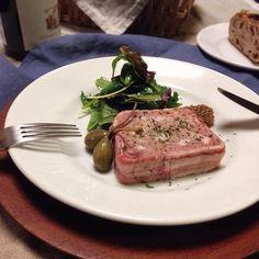 わたしは素朴なビストロ料理が大好きでこういう田舎風のテリーヌをお家で作るのがずっと憧れでした♪ フォアグラなんて小市民なわたしには高級過ぎるので鶏の白レバーを代用しています。あと豚肩肉と背脂など♪  でね、これはかなり自分好みに作れて満足満足 OK牧場 - 290件のもぐもぐ - パテ・ド・カンパーニュ☆ by yukaringg