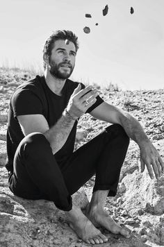 Liam Hemsworth Source — HQ photos of Liam for Men's Health Australia. Mode Masculine, Liam Hamsworth, Hemsworth Brothers, Just Beautiful Men, Scruffy Men, Barefoot Men, James Mcavoy, Hollywood Actor, Hollywood Actresses