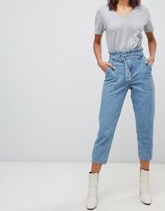 Buy River Island belted paperbag mom jeans in light wash at ASOS. With free delivery and return options (Ts&Cs apply), online shopping has never been so easy. Get the latest trends with ASOS now. Outfit Jeans, Jeans Outfit Winter, Boyfriend Jeans, Vaqueros Boyfriend, Ripped Jeggings, Ripped Knee Jeans, Capsule Wardrobe Mom, Paperbag Hose, Estilo Denim