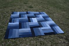 This particular shabby chic quilts is absolutely a remarkable design philosophy. Denim Quilts, Denim Quilt Patterns, Blue Jean Quilts, Denim Patchwork, Bag Patterns, Rag Quilt, Quilt Top, Denim Scraps, Waterproof Picnic Blanket