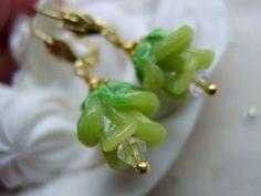 Blütenohrringe Ohrringe für alle Blumenliebhaber und Gärtnerinnen.  Alle wollen Frühling und Wärme, hier ist symbolisch das frische Grün als Blüte für