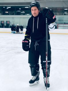 🚨❄🏒 is BACK as Gordon Bombay! Check out this photo from production on The Mighty Ducks, an Original Series coming soon to Old Disney Channel, Emilio Estevez, Young Guns, 90s Movies, Disney Plus, Movie Photo, Adidas Jacket, The Outsiders, Actors