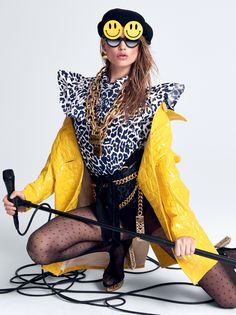 Behati Prinsloo usa casaco e camisa, ambos Miu Miu. Boina, Saint Laurent; óculos, Patricia Field; brincos, colares e cinto de corrente, tudo Moschino; cinto de couro Pedro Lourenço; meias, Betsey Johnson; sandálias, Versace (Foto: Reprodução/Vogue Brasil)