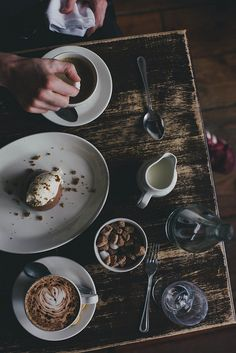 Lattes and coffe cakes
