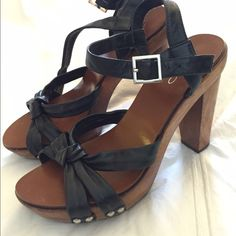 Clog heels from Aldo perfect for a retro outfit The cutest sandal platform clog for any occasion. Wooden heels, black leather straps, made in Brazil. Size is a a 39 but it fits more like an 8 ALDO Shoes Sandals