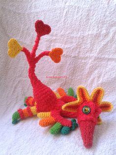 Avedragón amigurumi inventado, sin patrón. Mezcla de dragón y ave fenix. Con cola de corazones.