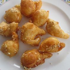 Loukoumades, griechische Honigbällchen - Famous Last Words Sausage Sandwich Recipes, Greek Spinach Pie, Cabbage Stew, Macedonian Food, Scandinavian Food, Baked Vegetables, Food Garnishes, Side Dishes Easy, Pretzels