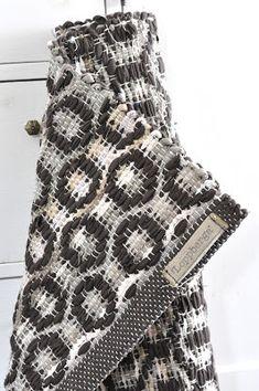 LOPPBERGA: Cajsas ringar Weaving Textiles, Tapestry Weaving, Tapestry Wall Hanging, Home Carpet, Rugs On Carpet, Loom Weaving, Hand Weaving, Rug Inspiration, Textile Texture