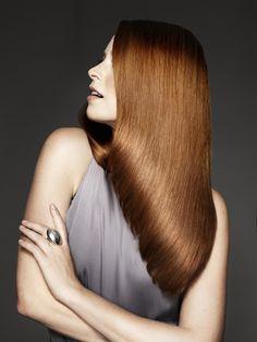 diagonal bakover- frisyren har kortest hår foran men langs hår bak.