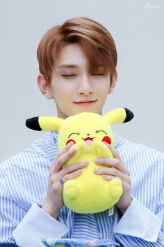 Joshua vs Pikachu So similar and cute Woozi, Wonwoo, Jeonghan, Jisoo Seventeen, Joshua Seventeen, Seventeen Debut, K Pop, Pikachu, Pokemon