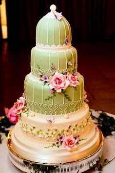 This is BEAUTIFUL! I rarely fall in love with wedding cakes... but I WISH my cake was this!!
