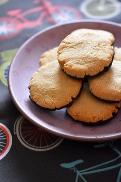 The world's easiest cookies.Yes, these delicious crunchy almond flour cookies are the world's easiest cookies to make and they happen to be paleo, vegan, gluten-free, and grain-free! Paleo Dessert, Paleo Sweets, Healthy Desserts, Dessert Recipes, Healthy Baking, Healthy Foods, Healthy Life, Almond Flour Cookies, Paleo Cookies