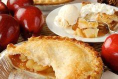 Закрытый пирог с яблоком и карамелью (американская классика)  Ингредиенты:  250г пшеничной муки 125г сливочного масла одно маленькое яйцо (или желток) до 50мл ледяной воды, с растворенной щепоткой соли 5 яблок и больше 1 стакан сахара + пара столовых ложек для посыпки 200мл сливок высокой жирности 33-38% пара столовых ложек молока