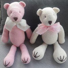 Ursos em crochê medindo 38cm. Podem ser feitos em outras cores.