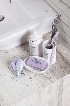 Koupelna provence. Pro romantické duše jsou správnou volbou i drobné květinové vzory. Provence, Bath Caddy, Bathroom, Box, Washroom, Snare Drum, Full Bath, Bath, Bathrooms