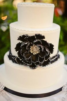 tulleandchantilly:    Glamour of black and white wedding cake