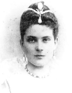 """Princess Zenaide Youssoupoff with two pearls in her hair up """"The Pelegrina"""" and down """"The Regent"""". The princess had one of the most celebrated collection of jewels which was rivaled only by the Romanovs. Royal Jewels, Crown Jewels, Prince Felix, Anastasia Romanov, Historical Women, Imperial Russia, Victorian Women, Ancient Jewelry, Tiaras And Crowns"""