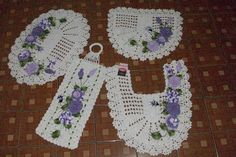 Sandra Roque Artesanatos: Jogo de banheiro em cru com tons de lilas